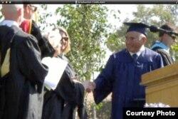宫田的女儿为他拍的高中毕业典礼情景(宫田女儿辛蒂提供)