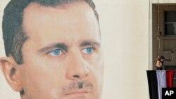 ຮູບຂອງປະທານາທິບໍດີຊີເຣຍ ທ່ານ Bashar al-Assad ຕິດທີ່ອາຄານໃຫຍ່ແຫ່ງນຶ່ງ ໂດຍພວກສະໜັບ ສະໜູນທ່ານ ໃນວັນທີ 2 ທັນວາ, 2011 ທີ່ຜ່ານມານີ້