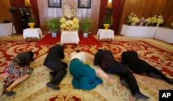 Người dân cầu nguyện trước chân dung Quốc vương Thái Lan Bhumibol Adulyadej tại Đại Hoàng cung ở Bangkok, Thái Lan, ngày 18 tháng 2 năm 2016.