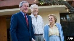 Cựu Tổng thống George W. Bush, Cựu Tổng thống Gerald Ford và Cựu Đệ nhất Phu nhân Betty Ford năm 2006.