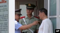 Bất chấp những cải cách trong ngành tư pháp Trung Quốc, tình trạng công an tra tấn nhục hình những người bị câu lưu vẫn còn là một vấn đề nan giải.