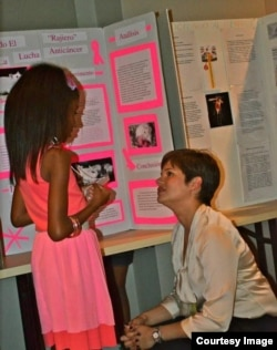 Mónica Feliú-Mójer speaks with a student who participated in one of Ciencia Puerto Rico's K-12 projects. (CienciaPR)