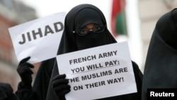 Birtanski islamisti učestvuju u protestu ispred francuske ambasade u Londonu, 12. januara 2013. kada su francuski avioni gadjali islamiste u Maliju.