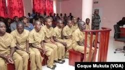 José Julino Kalupeteca e seguidores no Tribunal Provincial de Huambo, Angola