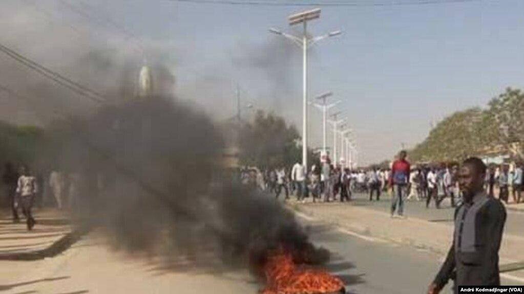Une femme a été tuée par balle lors d'une manifestation, à N'Djamena, Tchad, 10 février 2017. (VOA/André Kodmadjingar)