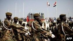 Binh sĩ Quân đội Giải phóng Nhân dân Sudan tập dượt cho ngày lễ độc lập của Nam Sudan