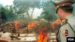 Polisi Indonesia membakar berbagai produk narkoba sitaan di Jakarta (foto: dok).