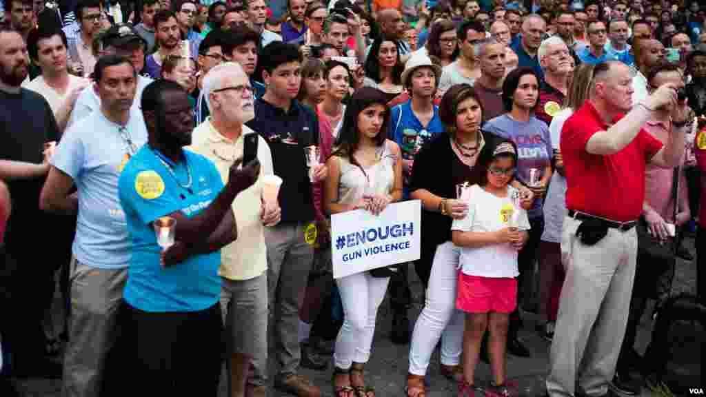 民众聚集在美国首都华盛顿为奥兰多枪击案的死难者举行烛光守夜仪式(美国之音常晓拍摄)