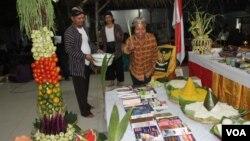 Prosesi penyucian sesaji pada Upacara Greget Sura di Surabaya (5/11). (VOA/Petrus Riski)