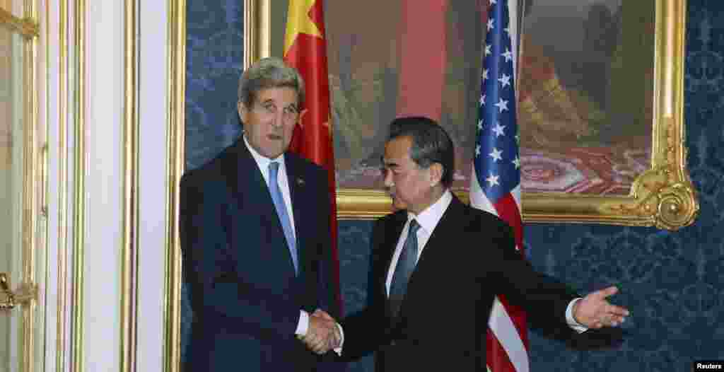 U.S. Secretary of State John Kerry and Chinese Foreign Minister Wang Yi pose for a photograph before a bilateral meeting of the closed-door nuclear talks with Iran in Vienna, Nov. 24, 2014.