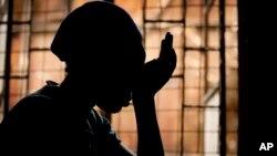 Một cô gái Kenya 16 tuổi HIV dương tính, có mẹ đã chết do các biến chứng liên quan đến AIDS, kể lại kinh nghiệm của mình với điều kiện giấu tên vì tuổi tác và tránh sự kỳ thị trong cộng đồng.