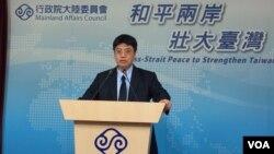 台湾陆委会副主委邱垂正2017年6月1日在记者会上(美国之音记者申华 拍摄)