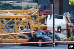 Smrskani automobili ispod građevinskog krana