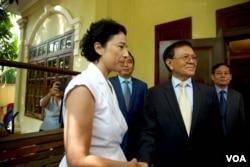 លោកស្រី Eva Nguyen Binh ឯកអគ្គរដ្ឋទូតបារាំងប្រចាំនៅកម្ពុជា ជួបជាមួយលោក កឹម សុខា ប្រធានគណបក្សសង្គ្រោះជាតិដែលត្រូវបានរំលាយ នៅព្រឹកថ្ងៃទី១១ ខែវិច្ឆិកា ឆ្នាំ២០១៩ នៅគេហដ្ឋានរបស់លោក កឹម សុខា ក្នុងរាជធានីភ្នំពេញ មួយថ្ងៃក្រោយពីតុលាការសម្រេចដោះលែងលោកពីការឃុំឃាំងក្នុងផ្ទះដោយនៅបន្តមានលក្ខខណ្ឌរឹតត្បិតបន្តទៀត។ (ទុំ ម្លិះ/VOA)