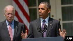 Tổng thống Mỹ Barack Obama (phải) cùng với Phó tổng thống Joe Biden, thông báo việc mở cửa lại sứ quán Mỹ tại Havana sau khi hai nước tái lập quan hệ ngoại giao, ngày 1/7/2015.
