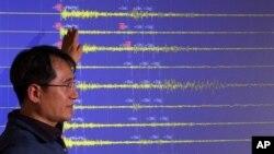 12일 한국 기상청 관계자가 기자회견에서 북한에서 발생한 인공지진의 파형에 관해 설명하고 있다. 북한은 3차 핵실험에 성공했다고 주장했다.