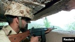 لائن آف کنٹرول کے قریب ایک بنکر میں ایک پاکستانی فوجی نگرانی کر رہا ہے۔ فائل فوٹو