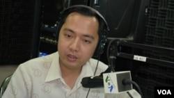 Phát ngôn viên tòa án xử Khmer Đỏ, ông Neth Pheaktra tham gia vào một chương trình phát thanh của đài VOA ban Khmer/Campuchia.