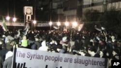 ພວກປະທ້ວງຊາວຊີເຣຍ ຕໍ່ຕ້ານລັດຖະບານຂອງທ່ານ Assad ຍັງດໍາ ເນີນໄປຢ່າງບໍ່ລົດລະຢູ່ທີ່ເມືອງ Hom ຂອງຊີເຣຍ.