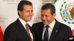 Los presidentes Enrique Peña Nieto y Ollanta Humala, posan en el palacio de gobierno en Lima. Hoy estarán presentes en la inauguración del Foro Económico Mundial.