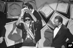 مایکل جکسون جایزه گرمی بهترین آلبوم را در دست گرفته است - سال ۱۹۸۴