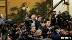 各国记者在等待中国国家主席习近平和其他中共中央政治局常委到达北京人大会堂。(2017年10月25日)