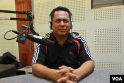 Kem Ley, a Cambodian analyst, discusses the meaning of color revolution and freedom of expression in Cambodia during Hello VOA call-in show in Phnom Penh, June 30, 2016. (Lim Sothy/VOA Khmer)