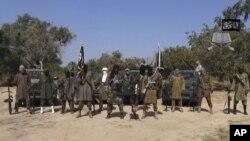 Abubakar Shekau, au centre, le leader de Boko Haram parle depuis un lieu non identifié-vidéo publiée par Boko Haram le 31 octobre 2014.