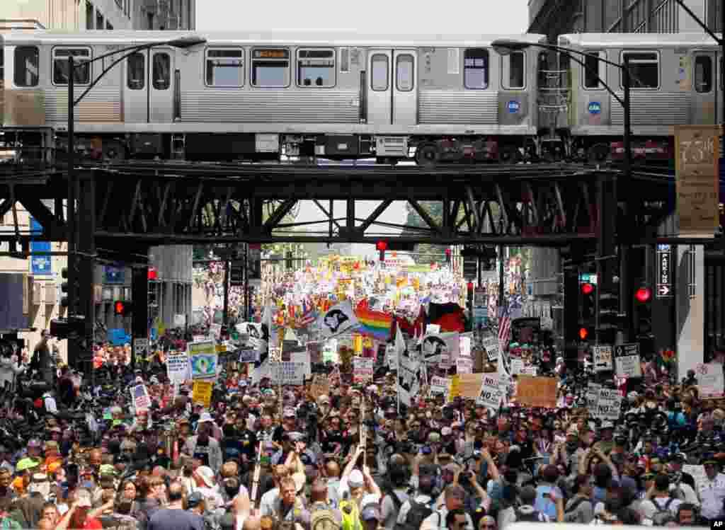 Người biểu tình đổ ra từ Công viên Grant ở Chicago trong thời gian diễn ra Hội nghị thượng đỉnh NATO, ngày 20/5/2012 (AP)