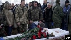 یورکرین میں ایک فوجی کا جنازہ جسے روس نواز علیحدگی پسندوں نے گولی مار کر ہلاک کر دیا تھا۔ فائل فوٹو