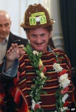 Sean Penn, vestido con el poncho tradicional índigena de Bolivia.