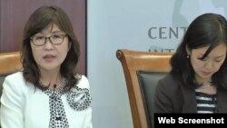 미국 워싱턴을 방문한 이나다 도모미 일본 방위상(왼쪽)이 15일 전략국제문제연구소(CSIS)에서 열린 간담회에서 북한의 위협에 대한 질문에 답하고 있다. CSIS 웹캐스트 캡쳐 화면.
