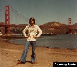 Tác giả bên cầu Golden Gate, San Francisco, năm 1976 (Ảnh: Bùi Văn Phú).