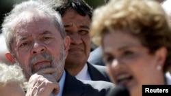 Lula da Silva ouvindo Dilma Rousseff à saída do Palácio do Planalto