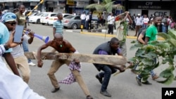 肯尼亞反對派的支持者在選舉委員會外抗議