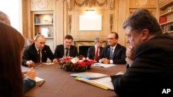 블라디미르 푸틴 러시아 대통령과 프랑수아 올랑드 프랑스 대통령, 페트로 포로셴코 우크라이나 대통령, 앙겔라 메르켈 독일 총리가 17일 이탈리아 밀라노에서 4자회담을 갖고 우크라이나 평화 방안을 논의했습니다.