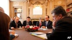 پترو پوروشنکو، رئیس جمهوری اوکراین (راست) در حال گوش دادن به سخنان ولادیمیر پوتین در نشست رهبران اروپا و آسیا - میلان، ۲۵ مهر