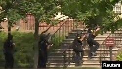 Policias entram no edifico onde um homem armado matou 12 pessoas