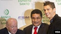 Eusebio, kiri ketika mendampingi Cristiano Ronaldo menerima trofi sepatu emas dari legenda sepakbola Real Madrid, Alfredo Di Stefano di Madrid, Spanyol. (03/11)