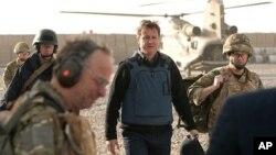 PM Inggris David Cameron (tengah) saat mengunjungi pangkalan Lashkar Gas, tempat tentara Inggris yang bertugas di Afghanistan (foto: dok). Lima marinir Inggris akan diadili atas tuduhan kejahatan di Afghanistan.