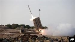 """Binh sĩ Israel nằm trên mặt đất bên cạnh hệ thống tên lửa đánh chặn """"Vòm Sắt"""" tại thành phố Ashdod, Israel."""