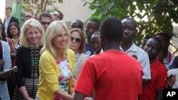 美国副总统拜登的夫人吉尔•拜登在刚果民主共和国布卡武举行的一次活动上,和一名前儿童兵握手。(2014年7月5日)