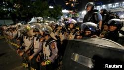 Para anggota polisi siaga mengamankan kantor Bawaslu di Jakarta, Selasa (21/5). (Foto: /Willy Kurniawan).