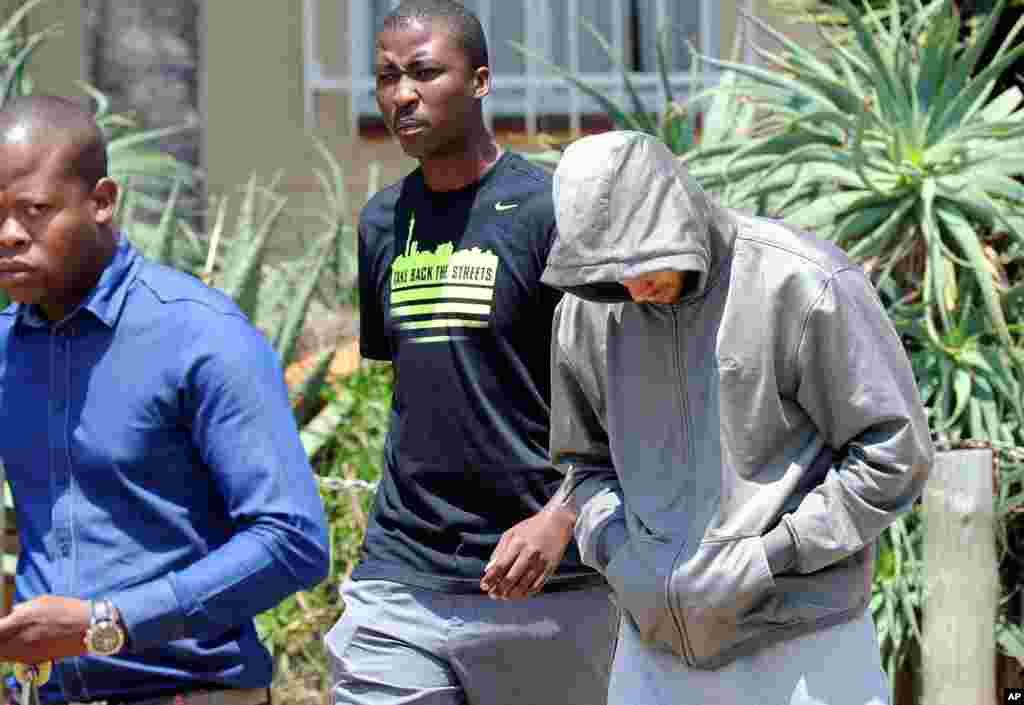 Atleta olímpico Oscar Pistorius deixa a esquadra da polícia de Boschkop, na zona leste de Pretória (14 Fevereiro 2013)