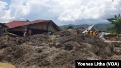 Rumah warga yang rusak berat dalam peristiwa banjir bandang yang membawa turun material pasir bercampur lumpur, serta batu dan batang kayu di dusun 3 desa Bolapapu, Sigi, Sulawesi Tengah, 13 Desember 2019. (Foto: VOA/Yoanes Litha)