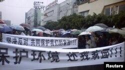 ຊາວເມືອງ Shifang ໃນແຂວງ Sichuan ພາກັນປະທ້ວງລັດຖະບານ ທ້ອງຖິ່ນເປັນເວລາ 3 ວັນ ຄັດຄ້ານການກໍ່ ສ້າງໂຮງງານທອງແດງ ທີ່ຈະສ້າງຄວາມເປື້ອນເປິະຢ່າງຮ້າຍແຮງຕໍ່ສິ່ງແວດລ້ອມ.