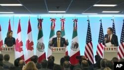 Minis Afè Etranjè Kanada a, Chrystia Freeland (agoch), Minis Ekonomi Meksik la, Ildefonso Guajardo Villarreal (mitan) ak Reprezantan Komèsyal Lèzetazini an, Robert Lighthizer, ki t ap patisipe nan yon rankont ELENA nan vil Meksiko, o Meksik. (Foto: Lendi 5 mas 2018. AP/Marco Ugarte).
