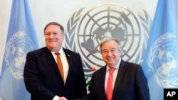 Menteri Luar Negeri AS Mike Pompeo (kiri) dan Sekjen PBB Antonio Guterres berjabat tangan sebelum pertemuan di markas PBB, 20 Juli 2018.