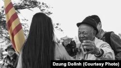 Ông Nguyễn Ngọc Hạnh xúc động sau buổi dàn dựng chụp cờ Việt Nam năm 2013 tại Virginia.