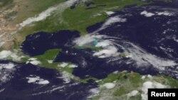 Ảnh vệ tinh của Trung tâm Phòng Chống Bão Quốc gia Hoa Kỳ NOAA cho thấy bão Isaac trên đường hướng tới Florida từ Cuba, ngày 26/8/2012